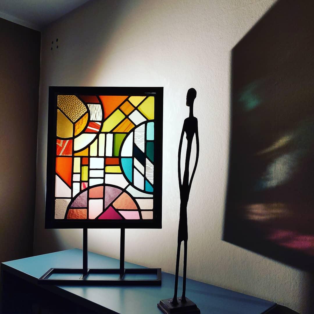 Glasraam op sokkel glas-in-lood Isabelle Decallonne Atelier Illumen glasraamkunst